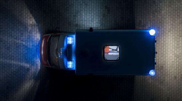 Anfahrender Krankenwagen mit Blaulicht von oben