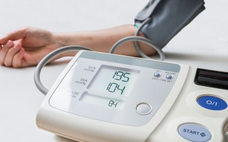Beim Blutdruck unterscheidet man den systolischen (im Bild oben) und den diastolischen (unten) Wert.