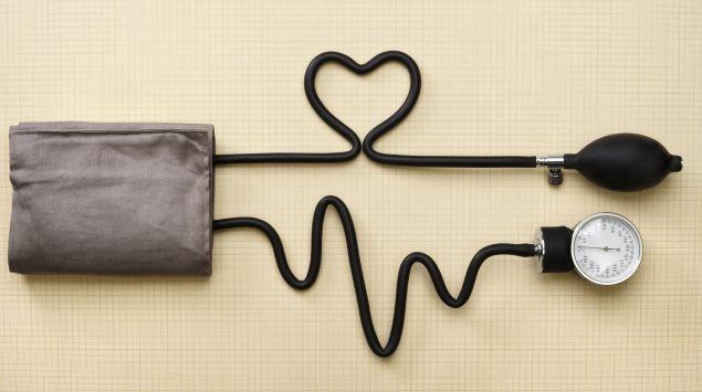 Aus dem Kabel eines Blutdruckgeräts wird ein Herz geformt