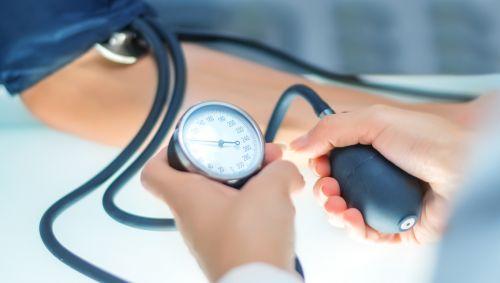 Eine Person misst bei einer anderen person den Blutdruck.