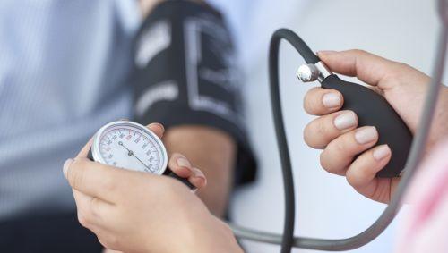 Eine Person misst den Blutdruck.