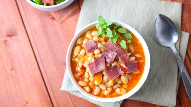 Ein Teller mit Bohnensuppe