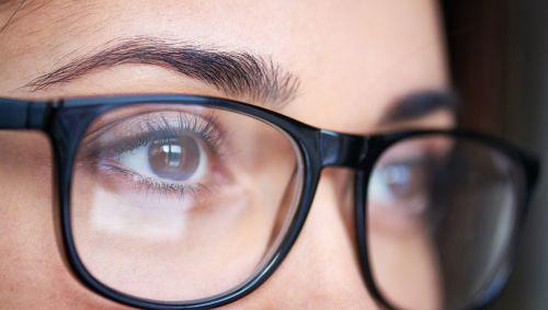 Man sieht die Augen einer Frau mit Brille.