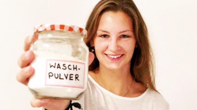 Brit Weirich hält Waschpulver in die Kamera.