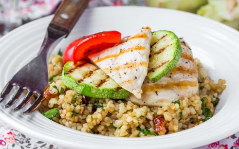 Clean Eating: Man sieht einen Teller mit Bulgur und gebratenem Hühnchen.