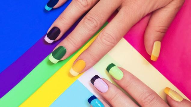 Zu sehen sind zwei Hände mit jeweils zweifarbig lackierten Fingernägeln.