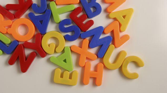 Das Bild zeigt bunte Buchstaben.