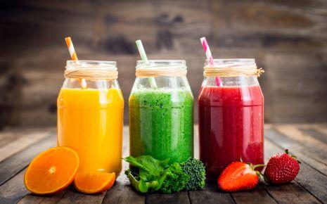 Toll, Obst aus der Flasche – nicht mal kauen muss man. Klingt verlockend. Durch die industrielle Verarbeitung verlieren die verwendeten Früchte in den Fertig-Smoothies allerdings eine Vielzahl ihrer Inhaltsstoffe. Übrig bleibt – überspitzt gesagt – dickflüssiges Wasser mit Zucker.