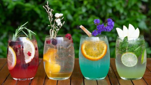 Bunte Cocktails stehen nebeneinander