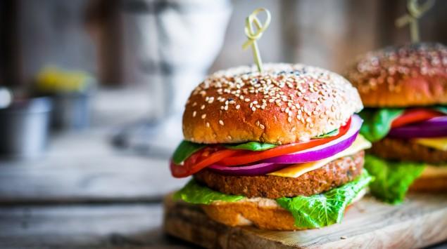 Burger auf Holzbrett