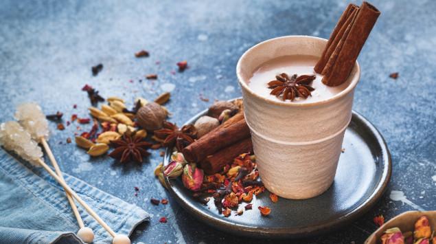 Chai Latte mit Zimt und Gewürzen