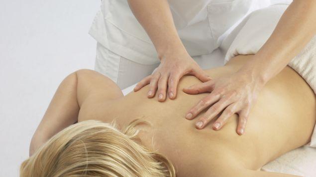 Das Bild zeigt eine Frau bei einer Rückenmassage.