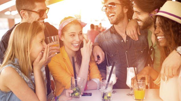 Das Bild zeigt eine Gruppe von jungen Menschen die ein paar Cocktails trinken.