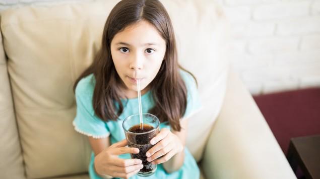 Ein Mädchen trinkt Cola