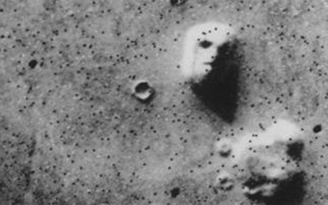 Man sieht eine Aufnahme der Viking I aus dem Jahr 1976 vom Marshochland Cydonia mensae.