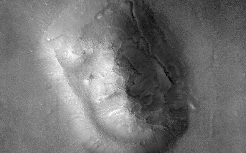 Man sieht eine Aufnahme der Marssonde Mars Reconnaissance Orbiter aus dem Jahr 2007 vom Marshochland Cydonia mensae.