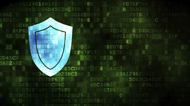 Zu sehen ist ein blauer Schutzschild vor einem grünen digitalen Hintergrund.