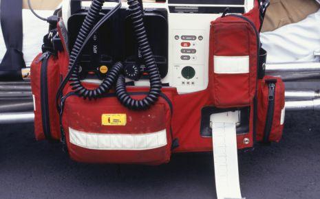 Kammerflimmern: Man sieht einen Defibrillator.