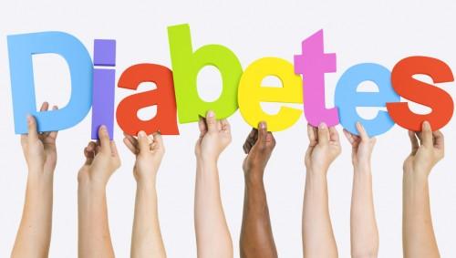Mehrere Hände halten die Buchstaben zu Diabetes hoch.