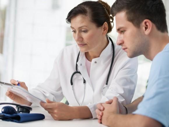 Eine Ärztin erklärt ihrem Patienten etwas.
