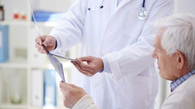 Ein Arzt erklärt einem Patienten ein Untersuchungsergebnis.