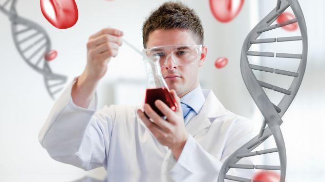 Das Bild zeigt eine Person, die eine rote Flüssigkeit untersucht. Im Vordergrund eine DNA-Helix.