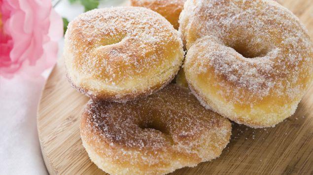 Man sieht zuckrige Doughnuts.