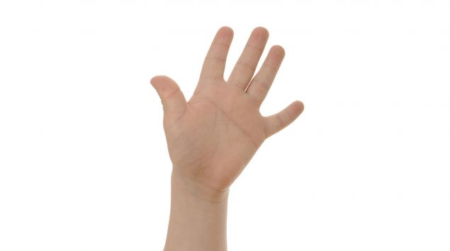 Man sieht die für Down-Syndrom typische durchgehende Handfurche.