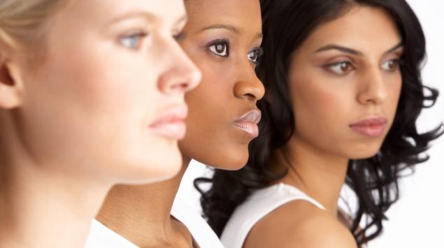 Man sieht drei Frauen in einer Reihe.