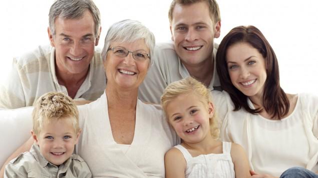 Drei Generationen posieren für ein Gruppenfoto.