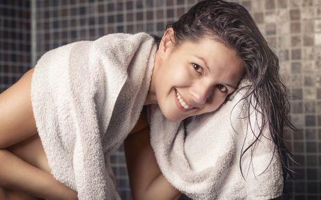 Sanft pflegen statt wild herumzustochern: Die Ohren können Sie unter der Dusche mit Wasser waschen und anschließend sanft abtrocknen.