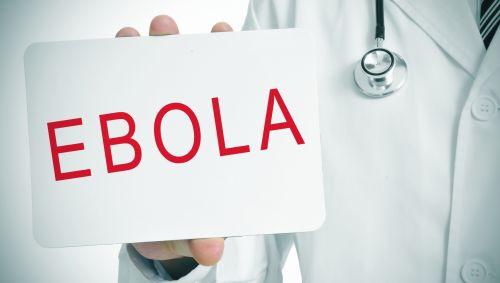 Ein Arzt hält ein Schild mit der Aufschrift Ebola in der Hand.