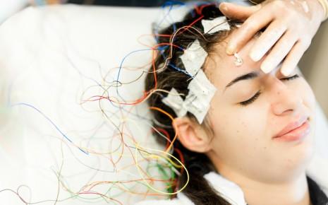 Eine Frau bekommt ein EEG