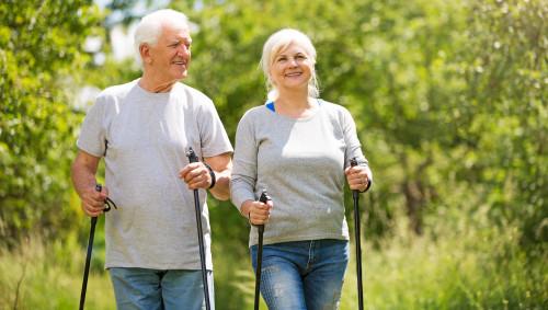 Ein Ehepaar macht Nordic Walking