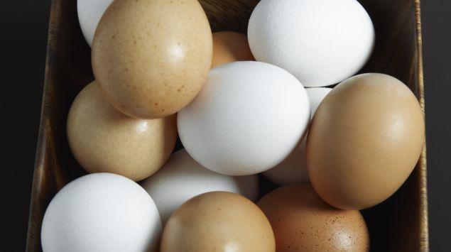 weiße und braune Eier in einer Schale