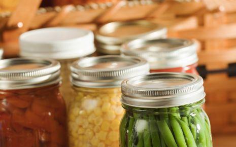 Botulismus: Man sieht mehrere Gläser mit selbst eingewecktem Gemüse.