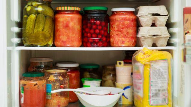 Man sieht mehrere Gläser mit selbst eingemachten Lebensmitteln.