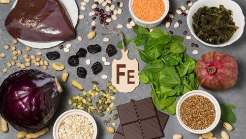 Man sieht verschiedene eisenhaltige Nahrungsmittel.
