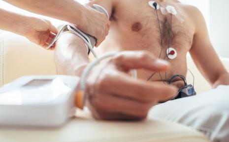 Lassen Sie sich von Ihrem Arzt untersuchen, bevor Sie mit Ihrem Herz-Fitness-Training anfangen.