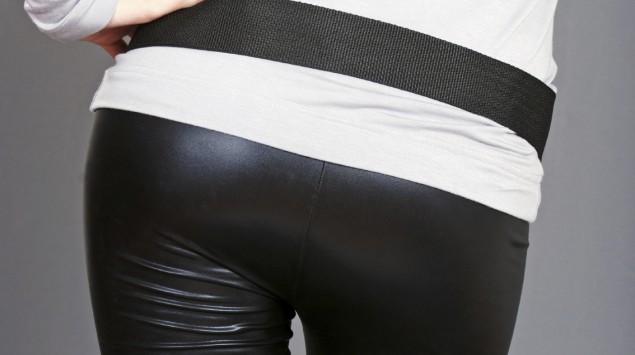 Eine Frau trägt eine eng anliegende Hose.