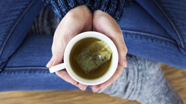 Eine Frau Trinkt einen Tee.