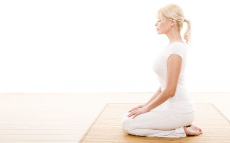 Atmen Sie einige Male entspannt zum Bauch hin ein und aus. Nach drei bis vier Atemzügen legen Sie den Kopf langsam auf die rechte Seite.