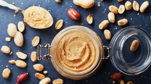 Selbstgemachte Erdnussbutter in einem Glas.
