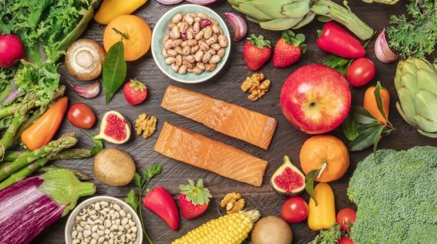 Verschiedene Nahrungsmittel: Obst, Gemüse, Getreide, Fisch