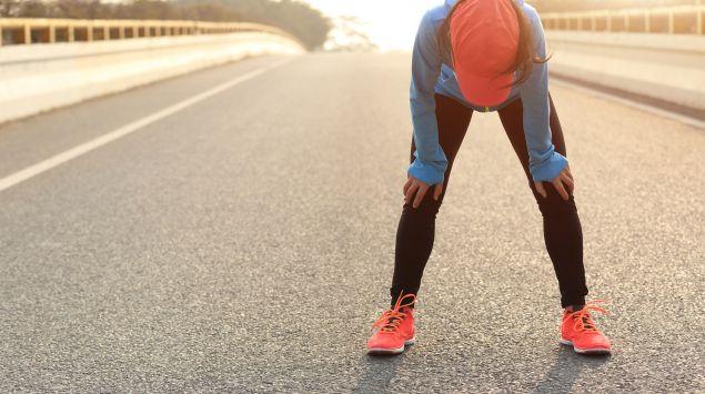 Das Bild zeigt eine erschöpfte Läuferin.
