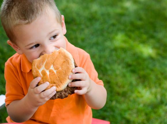niña comiendo en exceso
