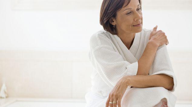 Mujer mediana edad pensando