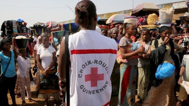 mujer de la Cruz Roja charlando sobre el ébola