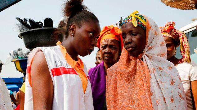 mujer de la Cruz Roja informando sobre el ébola