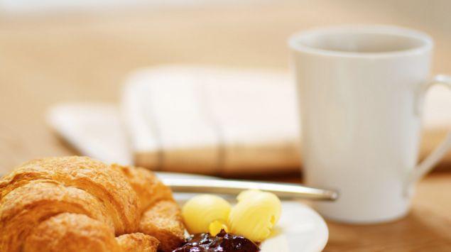 Croissant con mantequilla y mermelada